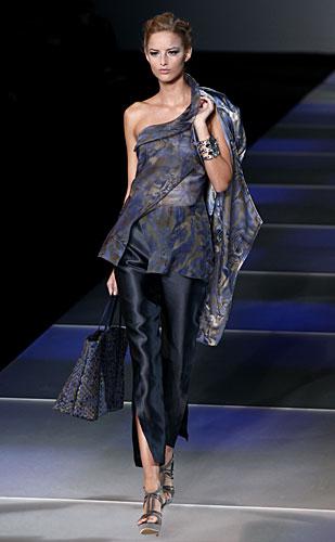 Giorgio Armani: Maglia monospalla - pantaloni