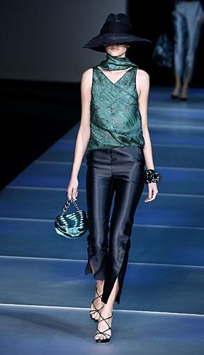 Giorgio Armani: Cappello - pantaloni spacco - borsa