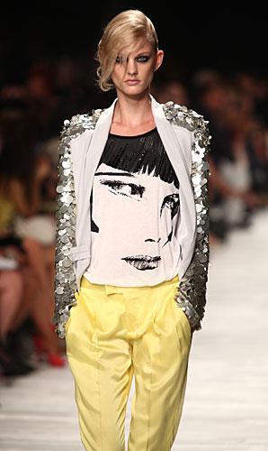 Iceberg:  pantaloni gialli - giacca paillettes argento