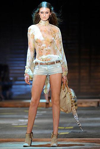 Just Cavalli: hot pants jeans - blusa fiori