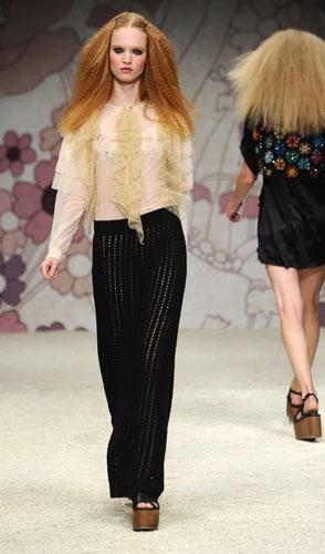 Kristina Ti: Camicetta con Volant - Pantaloni Neri - Scarpe Zeppa
