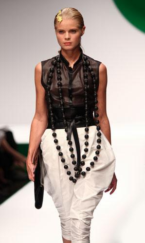 Krizia: pantaloni bianchi - maxi collana nera