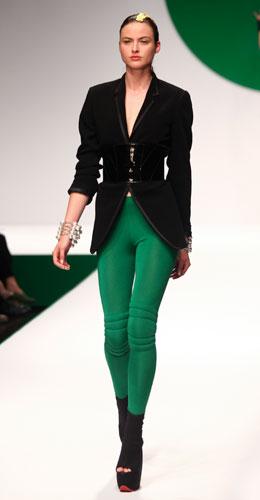 Krizia: giacca nera - pantaloni skinny verdi