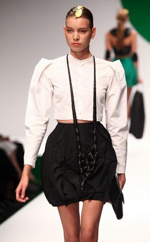 Krizia: camicia bianca - gonna nera - collana