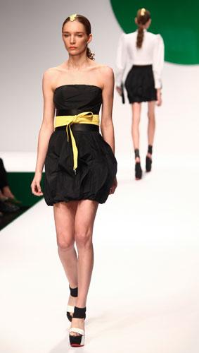 Krizia: abito nero - cintura in vita gialla