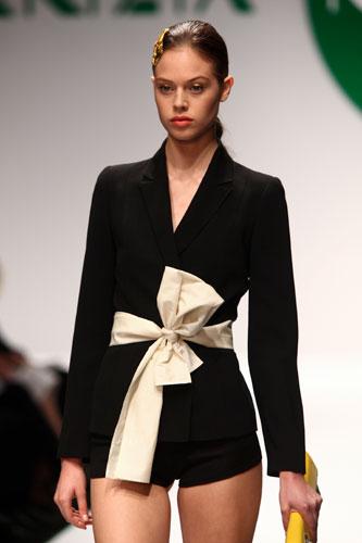 Krizia: giacca nera - cintura fiocco bianco