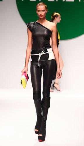 Krizia: maglia monospalla - pantaloni skinny