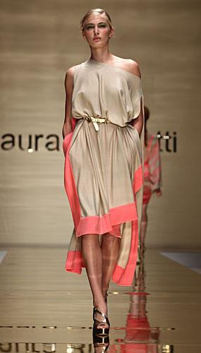 Laura Biagiotti: abito beige orlo corallo -cinta