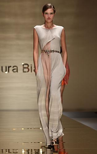 Laura Biagiotti: abito lungo cintura in vita