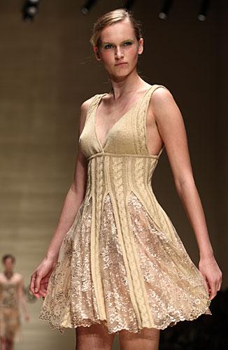 Laura Biagiotti: abito corto beige - trecce