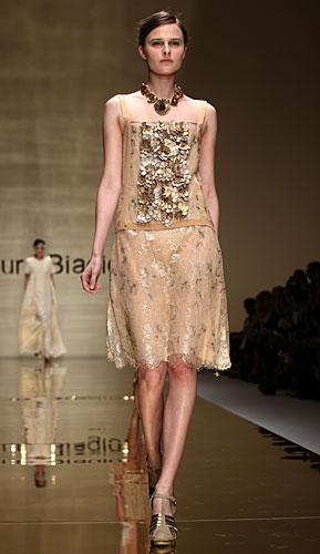 Laura Biagiotti: abito beige dettagli preziosi