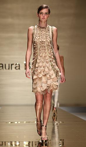 Laura Biagiotti: abito beige applicazioni