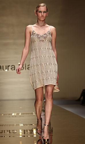 Laura Biagiotti: abito corto beige - collo pietre