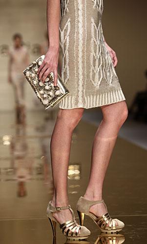 Laura Biagiotti: dettaglio abito - pochette