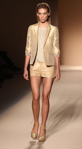 Max Mara: Giacca Oro - Shorts - Scarpe Tacco