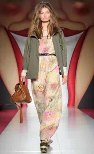 Mulberry: abito lungo con borsa marrone