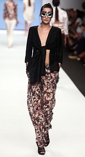 Francesca Liberatore: Giacca nera - pantaloni fantasia