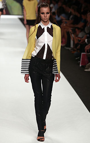 Mauro Gasperi: Camicia bianco nero - cardigan giallo