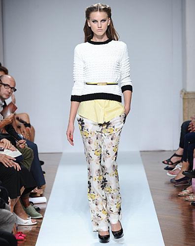 .normaluisa: Maglia bianco nera - pantaloni fiori
