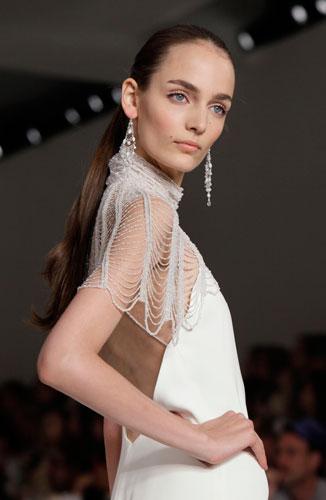 Ralph Lauren: abito bianco e orecchini pendenti