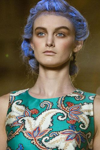 Sfilata Thakoon capelli azzurri