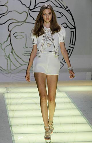 Versace: giacca bianca decori oro - shorts