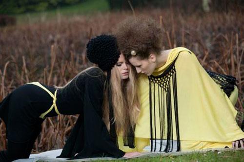 Abito nero e mantella gialla Virginia von zu Furstenberg