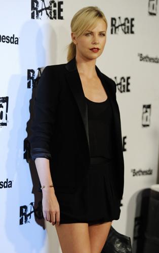 Charlize Theron giacca nera