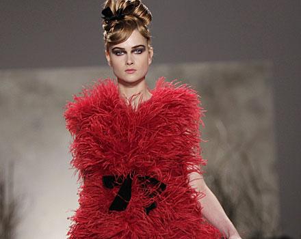 Monique Lhuillier abito piume rosse