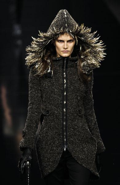 Byblos, giacca con cappello di piume