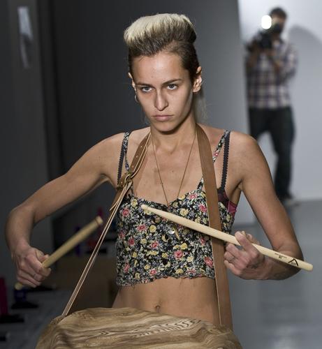 Alice Dellal sfilata tamburo