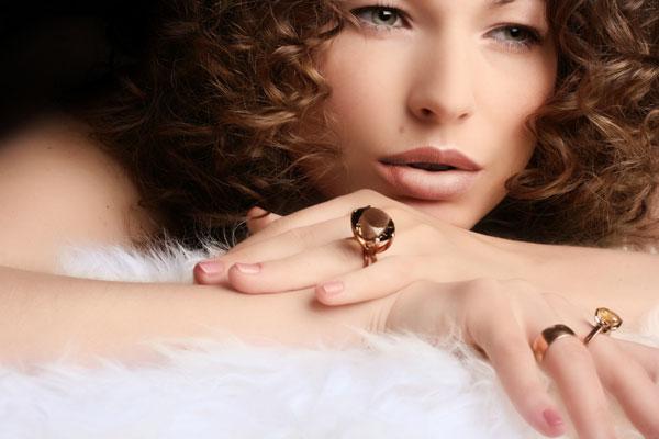 Modella con anelli