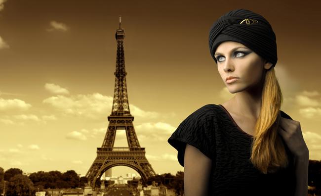 Modella sfondo Torre Eiffel