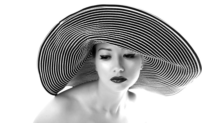 Donna con cappello bianco e nero