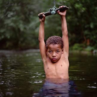 Mona Kuhn Emerging Boy bambino in acqua