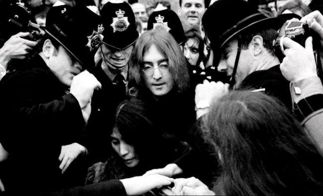 John Lennon e Yoko Lennon leaving court