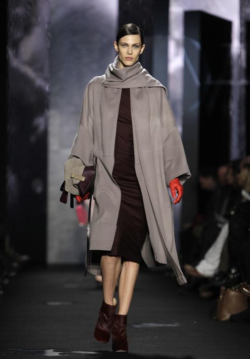 Diane Von Furstenberg - cappotto grigio con guanti rossi