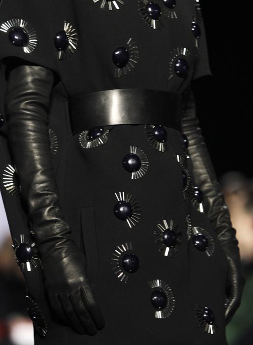 Diane Von Furstenberg - dettaglio guanti lunghi neri e cinta