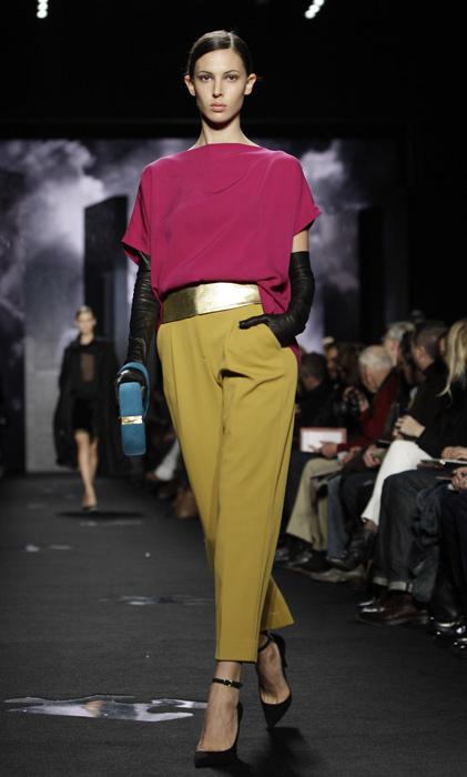 Diane Von Furstenberg - maglia rosa e pantalone senape