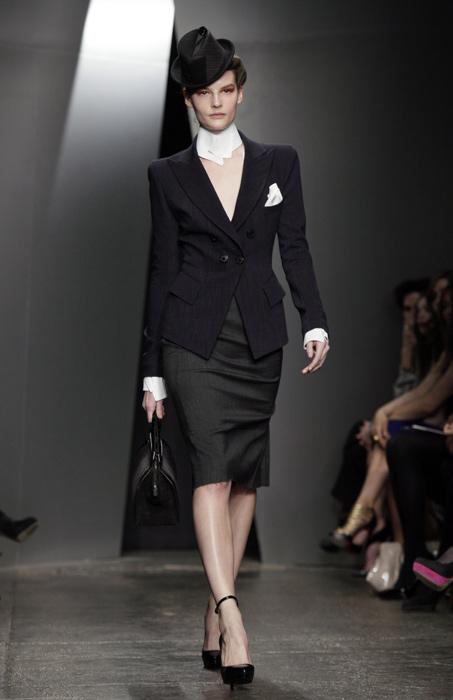Donna Karan - giacca nera, gonna a tubino e borsa a mano