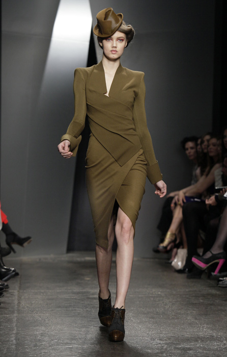 Donna Karan - abito con scarpe con tacco chiuse