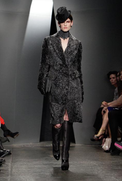 Donna Karan - cappello nero cappotto grigio