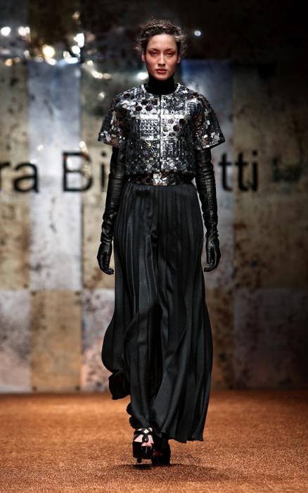 Laura Biagiotti 2012 Guanti Neri e Gonna Lunga
