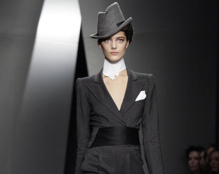 Donna Karan - smoking con fascia nera e cappello