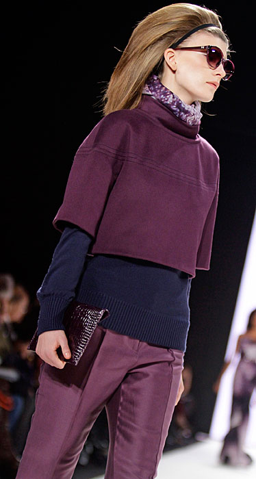 Carolina Herrera - pantalone viola occhiali da sole