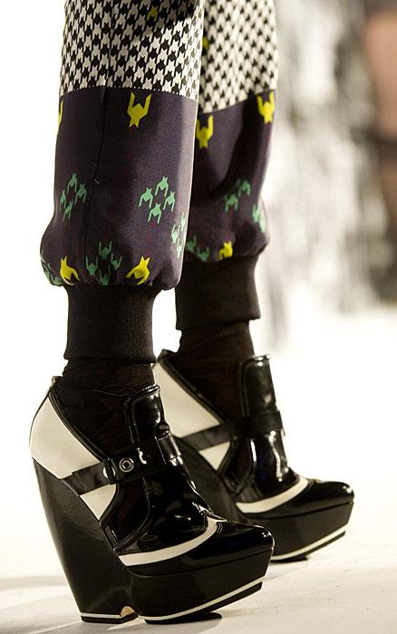 L.A.M.B - dettaglio scarpe alte bianche e nere