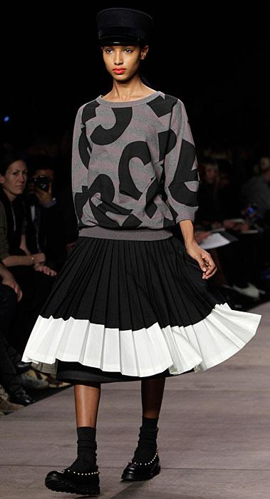 Marc by Marc Jacobs - maglia  grigia e gonna ampia