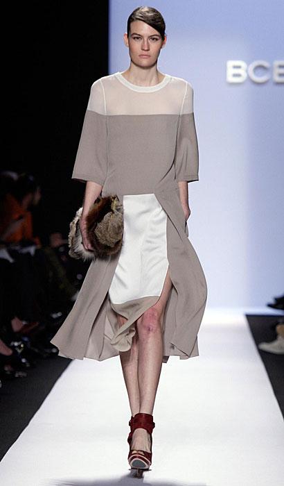 BCBG Max Azria - abito con pochette di pelliccia