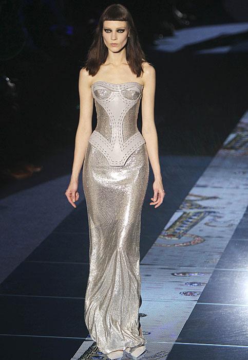 Pop e metallica la donna Versace