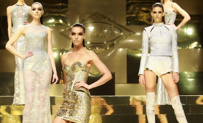 Le guerriere di Versace illuminano Parigi